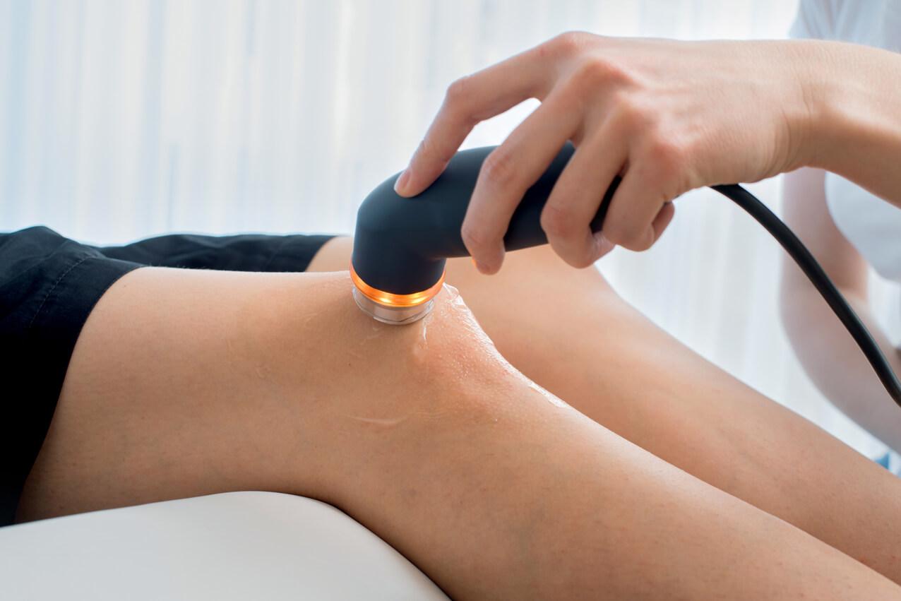 Ultraschallgeraet in der Physiotherapie Ilona Zobel Dresden wird zur Schmerzlinderung am Knie eingesetzt